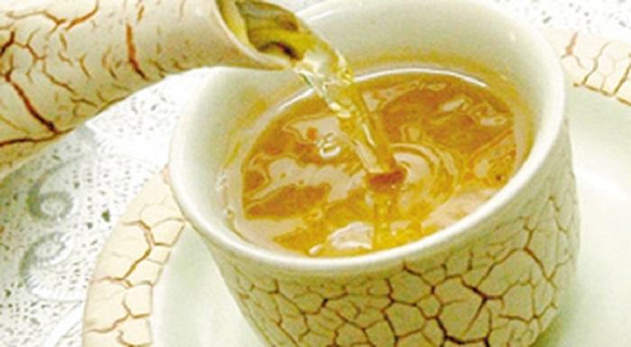 Trong trà cũng có caffein, khi mẹ bầu sử dụng sẽ có cảm giác hưng phấn, nhưng đồng thời cũng sẽ làm tăng yếu tố kích thích động thai.