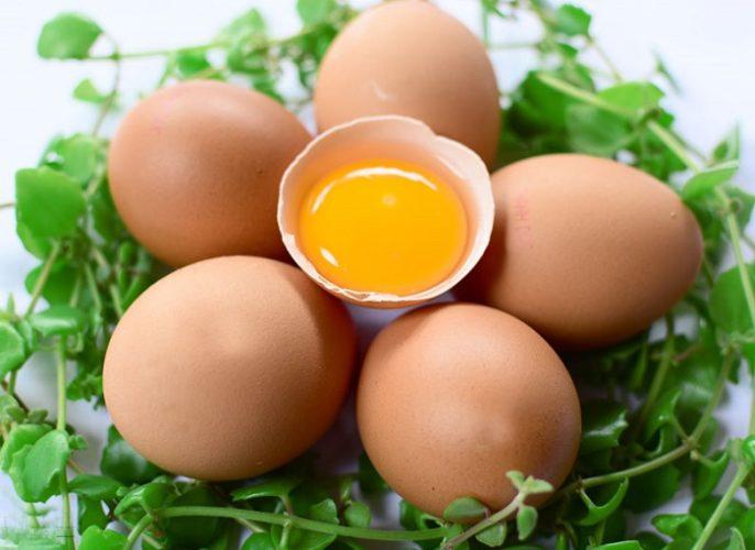 Mỗi tuần dùng 5 – 6 lòng đỏ trứng kết hợp với các món ăn khác là cách giúp mẹ bầu cung cấp đủ chất dinh dưỡng cần cho giai đoạn gần sinh.
